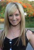 Slight Cleavage Ashley Tisdale See through tank top Foto 220 (Незначительное Дробление Эшли Тисдэйл видеть сквозь Майка Фото 220)