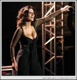Egyptian singer Laura Pausini showing cleavage in an interview. Foto 14 (Египетского певца Лаура Паузини Показаны раскол в интервью. Фото 14)